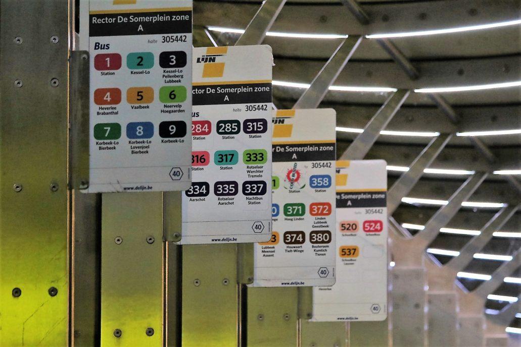 Leuven. Wiata przystanku autobusowego. Tablice z kolorowo oznakowanymi numerami linii. Fot. Jerzy S. Majewski