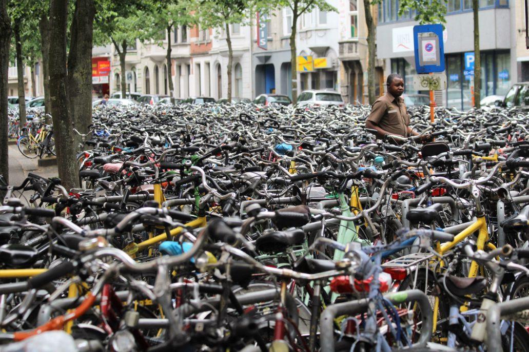 W pobliżu dworca kolejowego Gent-Sint-Pieters w Gandawie wyraźnie brakuje miejsc parkingowych dla rowerów. Fot. Jerzy S. Majewski