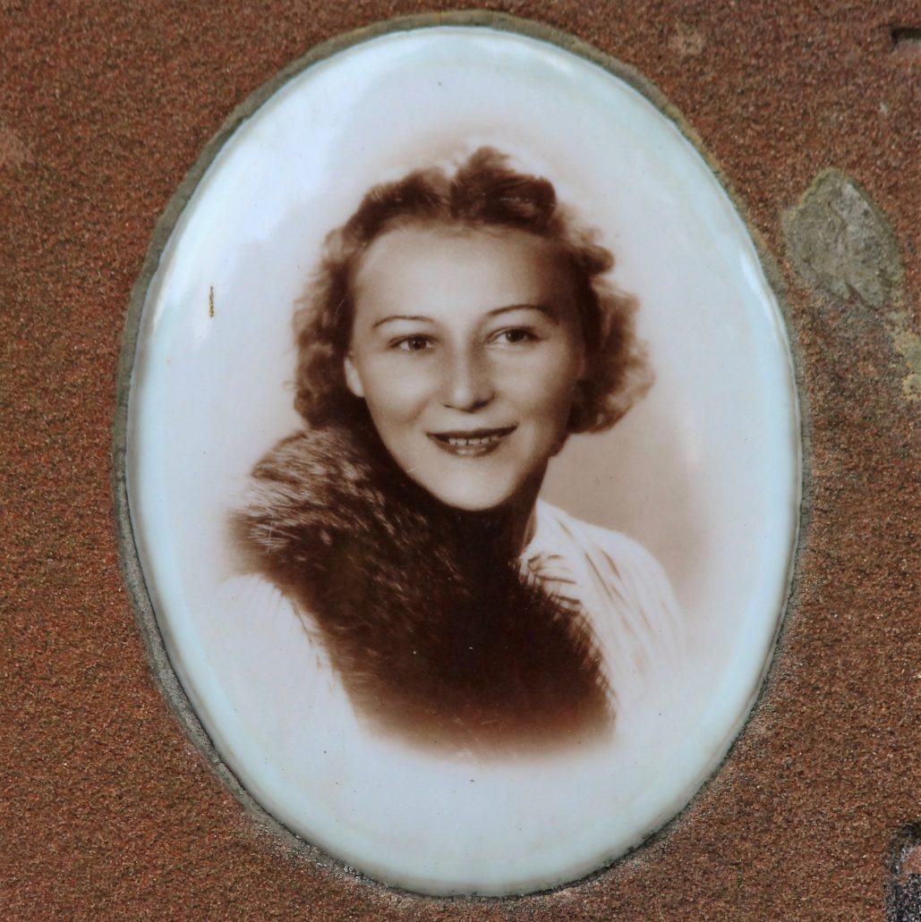 Warszawa. Cmentarz Bródnowski. 1940 r. Genowefa Wojnar z Majewskich, zmarła śmiercią tragiczną. Fot. Jerzy S. Majewski