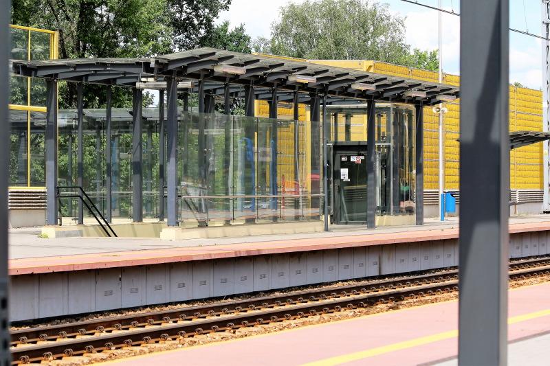 Nowa, przeszklona wiata z poczekalnią na peronie dworca w Żyrardowie. Niestety szklany dach nie chroni przed słońcem. Fot. Jerzy S. Majewski