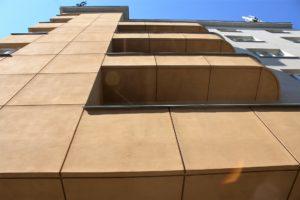 17-katowice-kamienica-sercarza-projekt-filipa-brenneraa-architekt-ronowarzyl-piony-ryzalitu-poziomymi-pasami-balkonow-fot-jsm