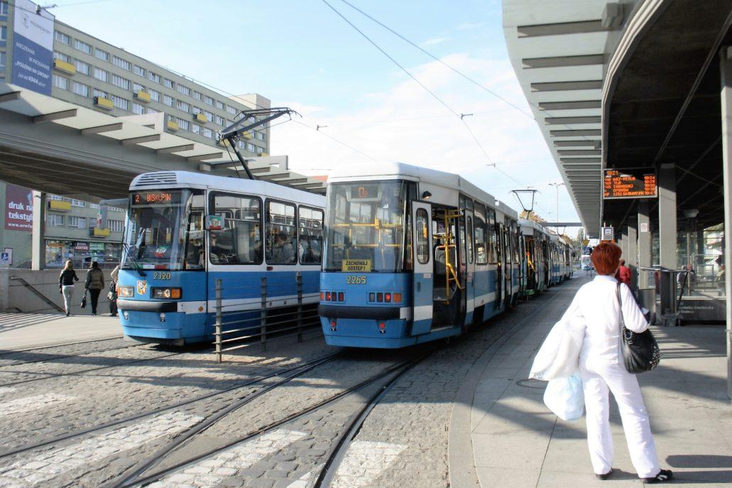 Wrocław. Centrum przesiadkowe na placu Grunwaldzkim. Zatrzymują się tu tramwaje i autobusy. Fot. Jerzy S. Majewski