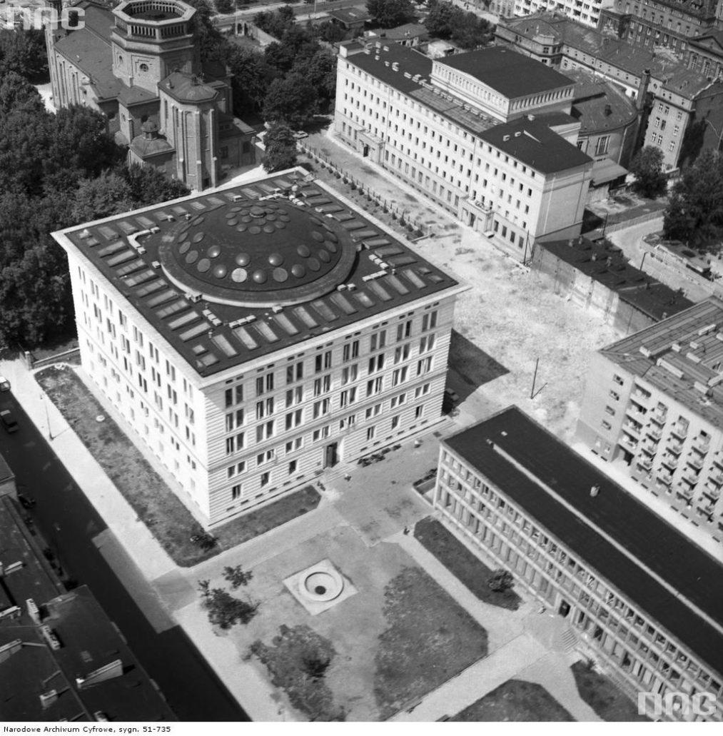 arszawa. Biurowiec przy Wspólnej 62. Jest najlepszym we współczesnej Warszawie przykładem inspiracji zewnętrzną architekturą florenckich pałaców. Fot. Narodowe Archiwum Cyfrowe
