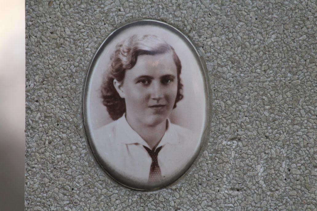Warszawa. Cmentarz Bródnowski. 1946 r. Zofia Świader. Fot. Jerzy S. Majewski