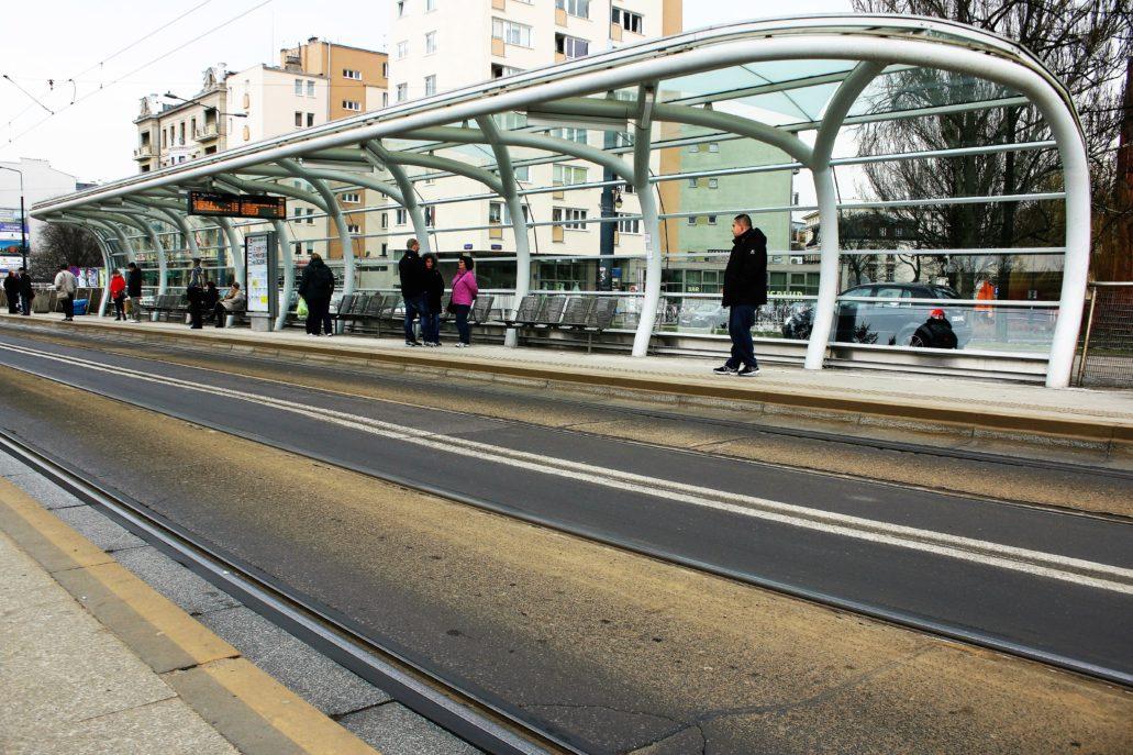 Warszawa. Wiata przystanku w Al. Solidarności. Zatrzymują się tu zarówno autobusy, jak i tramwaje. Fot. Jerzy S. Majewski