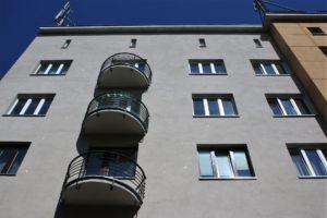 22-katowice-kamiencia-sercarza-poblyskujaca-mika-elewacja-od-strony-ulicy-krzywej