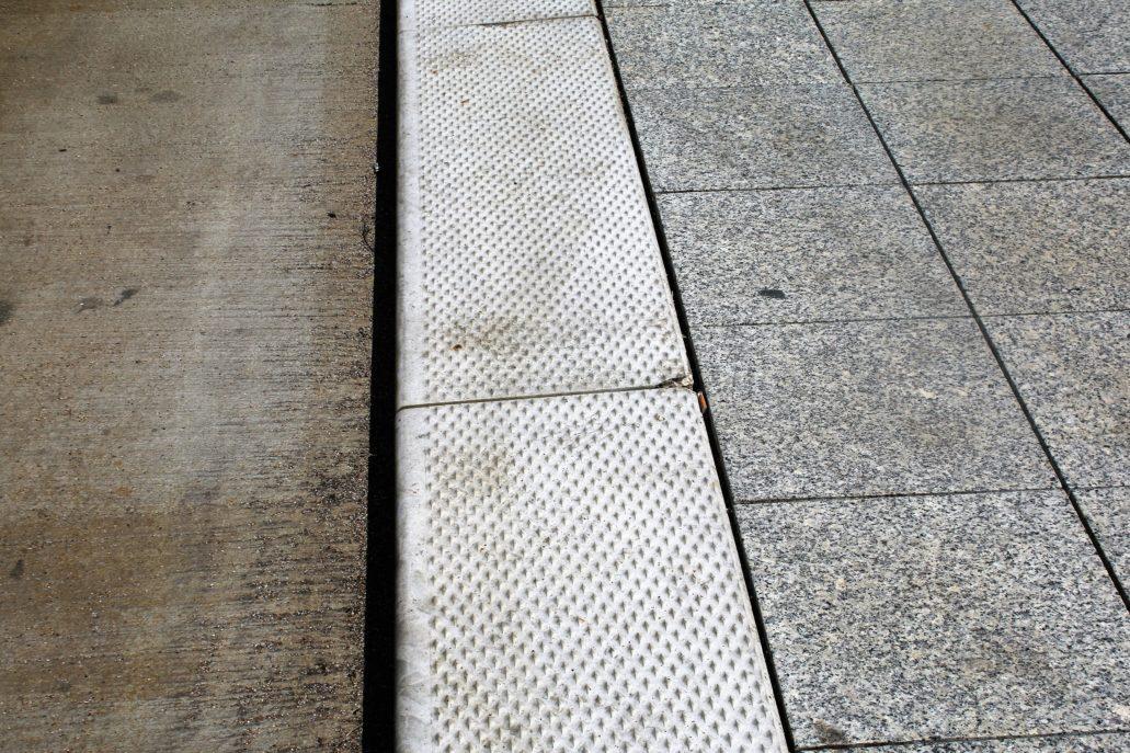 Łódź. Centrum przesiadkowe. Granitowy chodnik peronu i szeroki, antypoślizgowy krawężnik. Fot. Jerzy S. Majewski