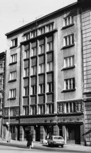 27-krakow-kamienica-fabryki-cmielow-przy-placu-matrejki-2-projekt-fryderyk-tadanier-1938-1940-zdjecie-wykonalem-w-1988-r-fot-jsm