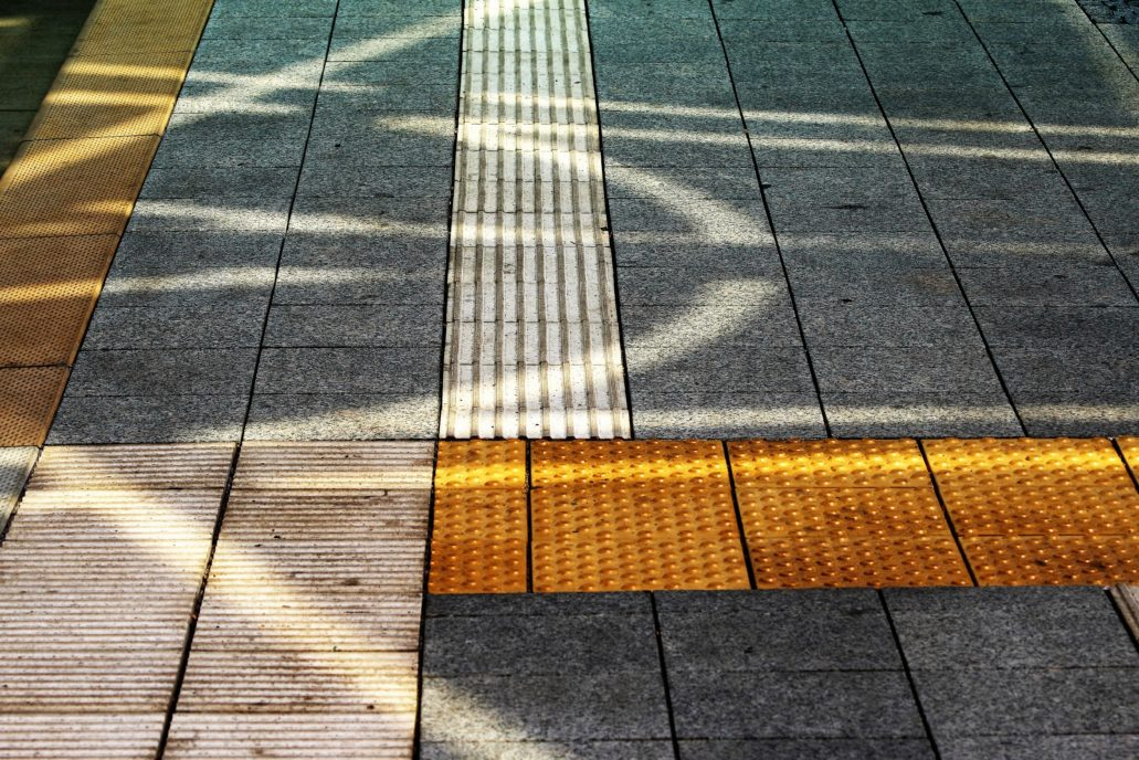 Posadzka na peronie dostosowana dla potrzeb osób niepełnosprawnych. Widoczne rowki dla niewidomych i niedowidzących. Dziś takie rozwiązania to już na szczęście standard. Fot. Jerzy S. Majewski