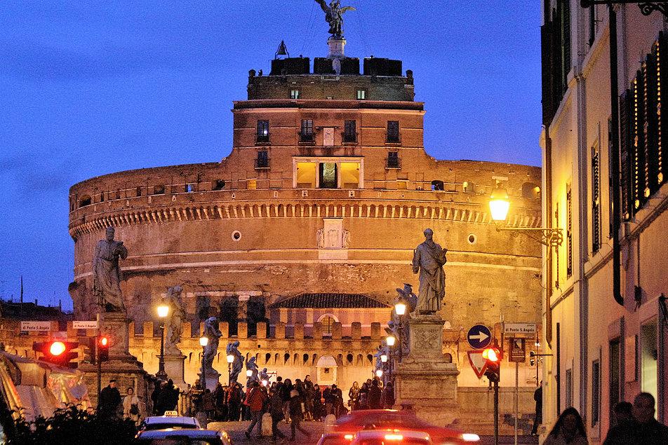Rzym. Zamek św. Anioła z widoczną renesansową loggią papieską Juliusza II z 1505 r. To stąd od czasów Pawła III rozpościerał się widok na trzy ulice. Fot. Jerzy S. Majewski