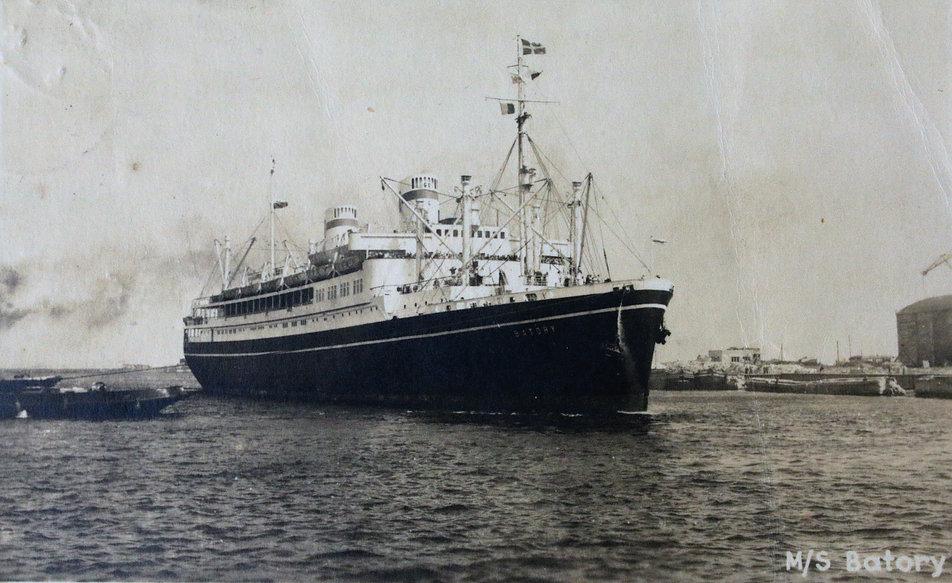 Polski transatlantyk MS Batory na pocztówce z lat 40. XX w. wydanej nakładem Rzemieślniczej Spółdzielni Pracy Fotograf w Gdańsku. Statek zwodowany został w stoczni Cantieri Riuniti dell'Adriatico w Trieście