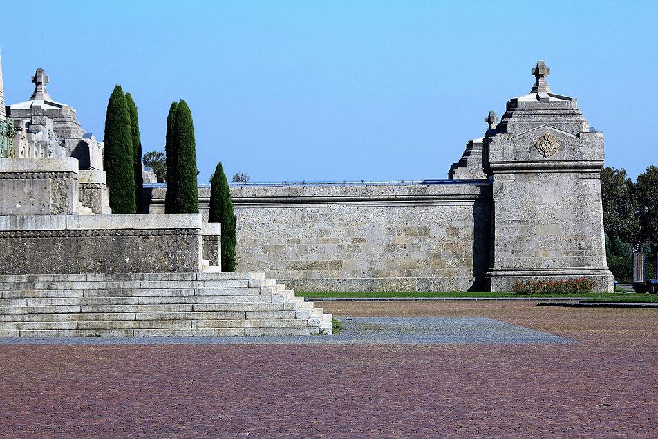 Bergamo, Cimitero Monumentale. Boczne skrzydło Mauzoleum. Warto przyjrzeć się ścianie. Jest ona wzniesiona z potężnych ciosów odlanych z betonu z dużą ilością kruszywa. Za ścianą znajduje się kolumbarium. Fot. Jerzy S. Majewski