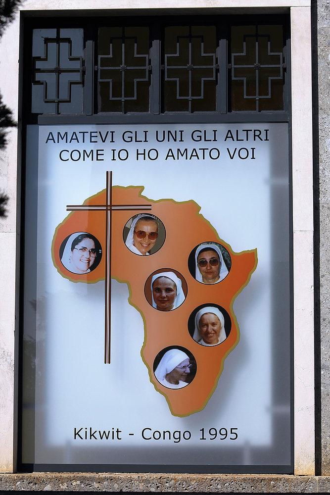 Bergamo. Cimitero Monumentale. Pomnik nagrobny sióstr zakonnych zmarłych na Ebolę w Kongo. Fot. Jerzy S. Majewski