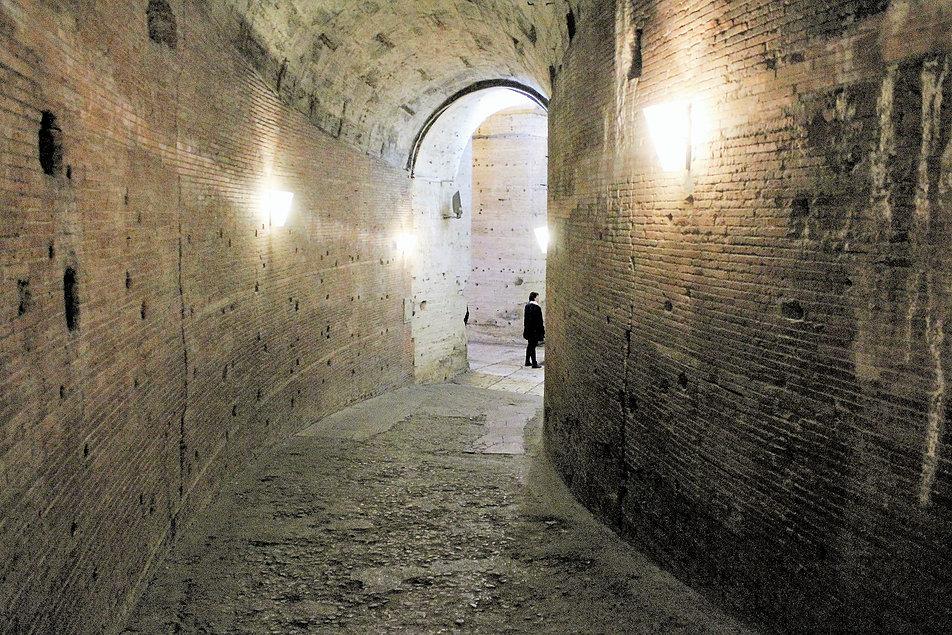 Zamek św. Anioła. Spiralnie wznoszący się korytarz wewnątrz antycznego tubusa. Na ścianach widać ślady po okładzinie z marmurów. Fot. Jerzy S. Majewski