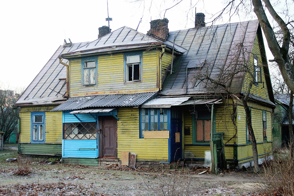 Brześć nad Bugiem. Dawna ulica Pułaskiego (dziś Lewanewskiego). Los tego drewnianego domu wydaje się być przesądzony. Fot. Jerzy S. Majewski
