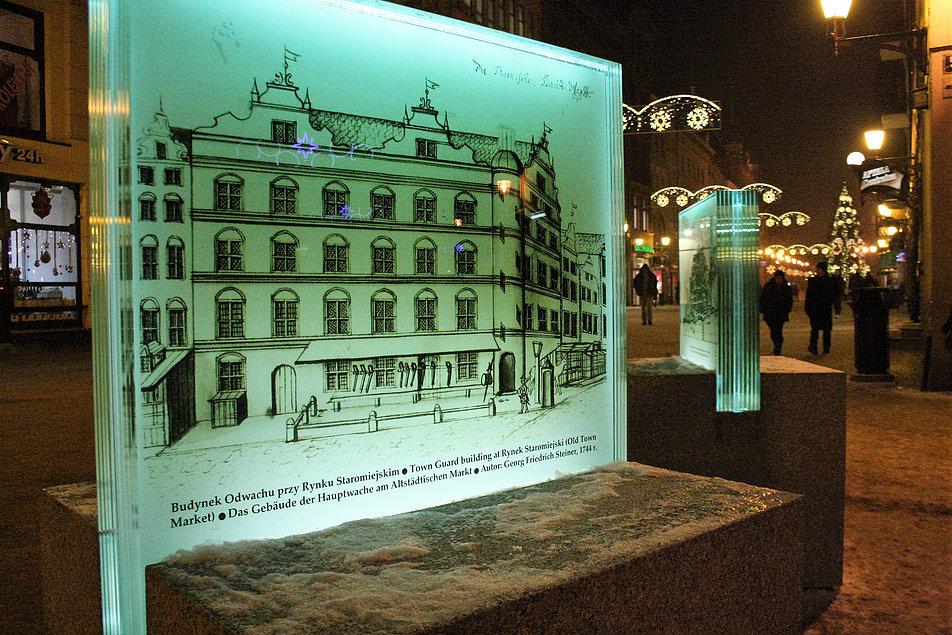 Toruń. Ulica Szeroka. Podświetlane, szklane panele z dawnymi widokami miasta. Fot. Jerzy S. Majewski