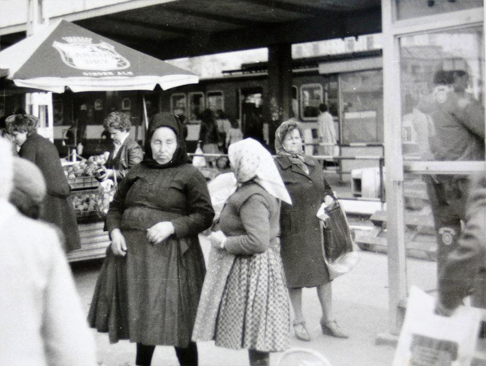 Budapeszt 1895. Starsze kobiety w tradycyjnych wiejskich strojach obok stacji końcowej kolejki HÉV przy Örs vezér tere. Fot. Jerzy S. Majewski