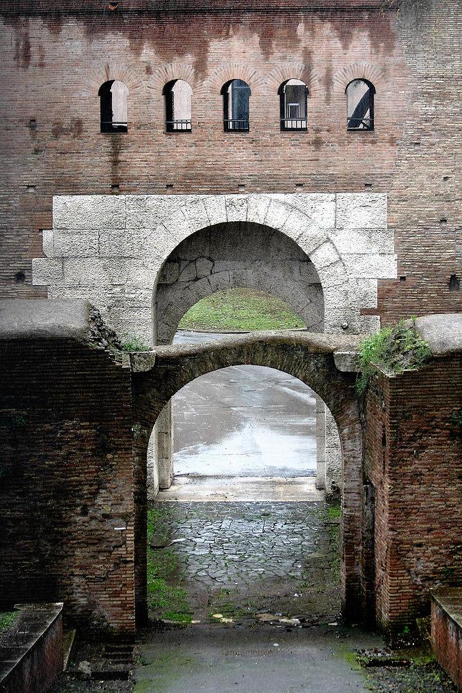Rzym. Porta Asinaria w murach aureliańskich koło bazyliki św. Jana na Lateranie. Fot. Jerzy S. Majewski