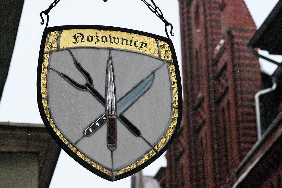 Toruń. Witrażowy szyld ze znakiem cechu nożowników. Fot. Jerzy S. Majewski