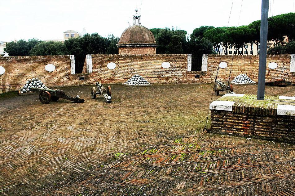 Rzym. Armaty i kule na tarasie jednej z bastei Zamku św. Anioła. Fot. Jerzy S. Majewski