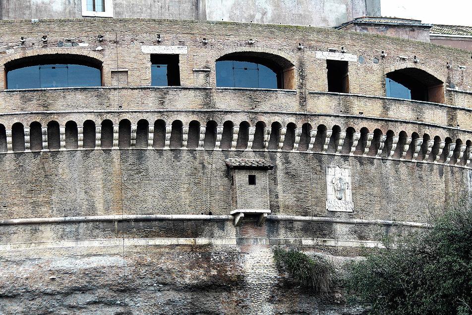 Rzym. Zamek św. Anioła. Fragment murów z herbem papieskim. Fot. Jerzy S. Majewski