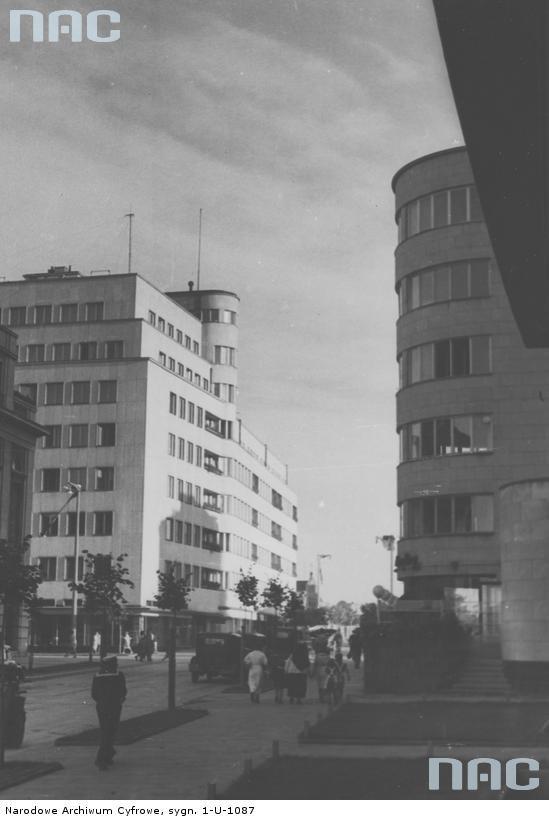 """Dwa budynki, które stały się symbolami nowoczesnej architektury Gdyni. Z lewej """"Bankowiec"""", z prawej zaokrąglony narożnik kompleksu biurowo-mieszkalnego ZUS. Fot. ze zbioru Narodowego Archiwum Cyfrowego"""