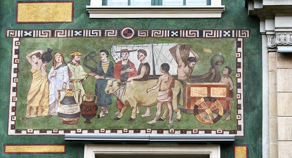 Gdańsk, Długi Targ 19. Fragment polichromii na obecnym hotelu Radisson Blue (od 1955 r. mieścił się tu hotel Jantar). Na lewo od kamiennego ryzalitu przyjęto zielone tło kompozycji. Na prawo - czerwone. Fot. Jerzy S. Majewski