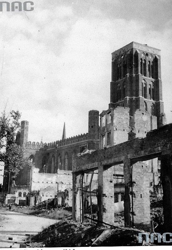 Gdańsk. Nad ruinami miasta górował potężny, ceglany masyw kościoła Mariackiego. Fot. Narodowe Archiwum Cyfrowe