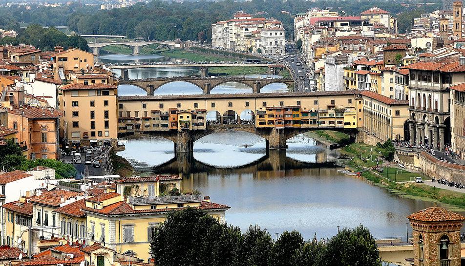 Florencja. Arno z mostami. Pierwszy to Ponte Vecchio. Pomimo obaw przetrwał napór wody w 1966 r. Ewakuowano wówczas obrazy wiszące w korytarzu Vasariego łączącym Palazzo Pitti z kompleksem Uffizi. Fot. Jerzy S. Majewski
