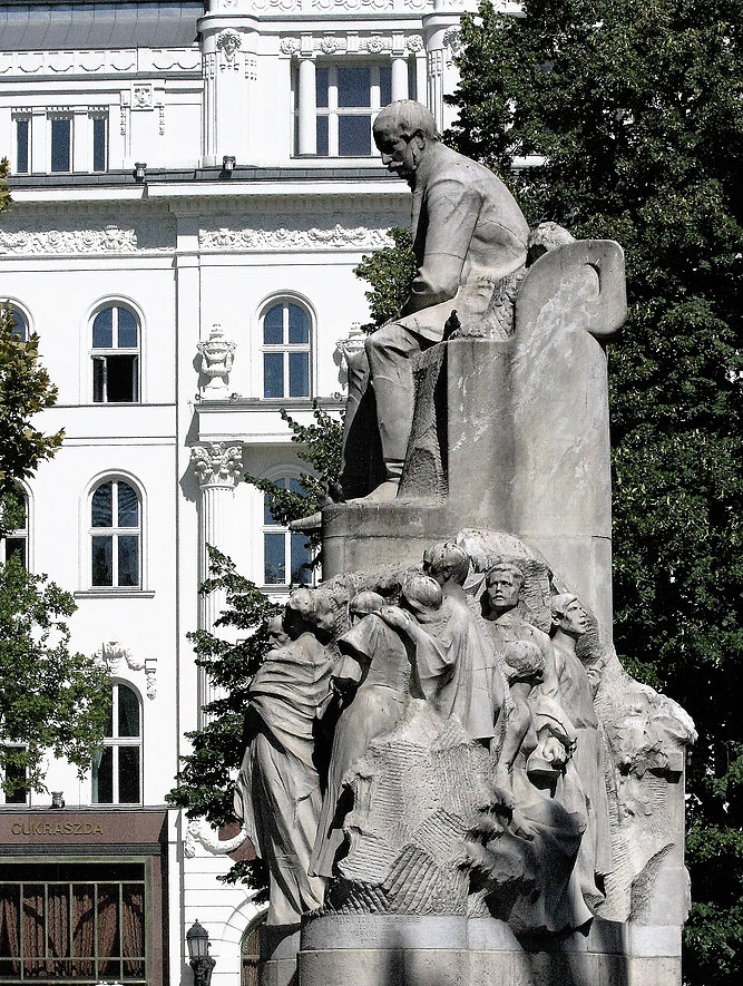 Budapeszt. Pośrodku Vörösmarty tér stoi secesyjny pomnik pomnik Mihály'a Vörösmarty'ego, pod którym kłębi się tłum kamiennych postaci. Fot. Jerzy S. Majewski