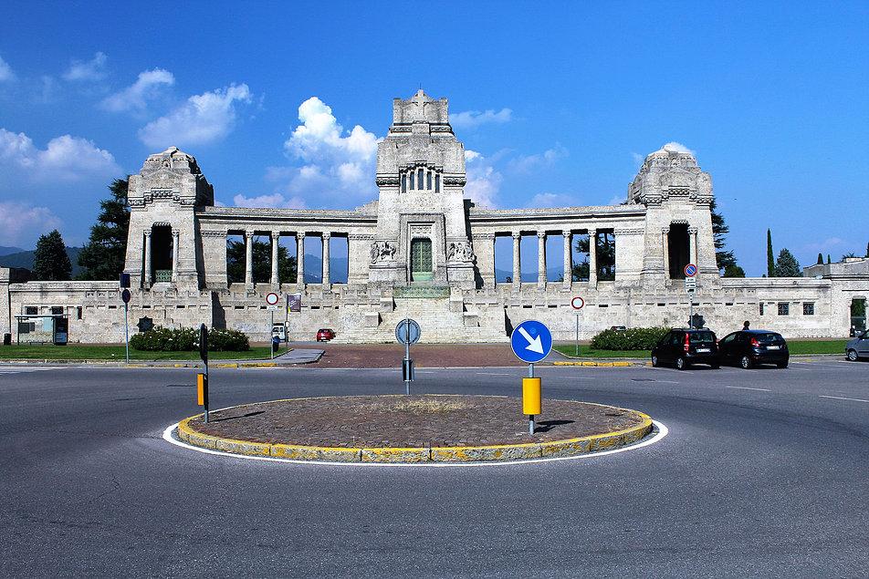Bergamo, Cimitero Monumentale. Mauzoleum z kaplicą pamięci pośrodku i kolumnadami pełni jednocześnie funkcję bramy wiodącej na teren cmentarza. Jest ona ulokowana w bocznym skrzydle budynku. Fot. Jerzy S. Majewski
