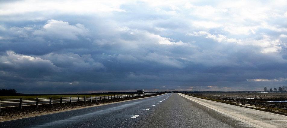 Droga do Homla od strony Mińska i Pińska biegnie równiną po horyzont. Fot. Jerzy S. Majewski