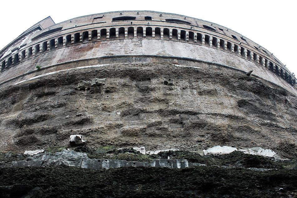 Zamek św. Anioła. Fragment centralnego tubusa ze średniowiecznymi machikułami powyżej. Z zewnątrz budowla wzniesiona z rzymskiego betonu sprawia wrażenie zbudowanej na skale. Fot. Jerzy S. Majewski