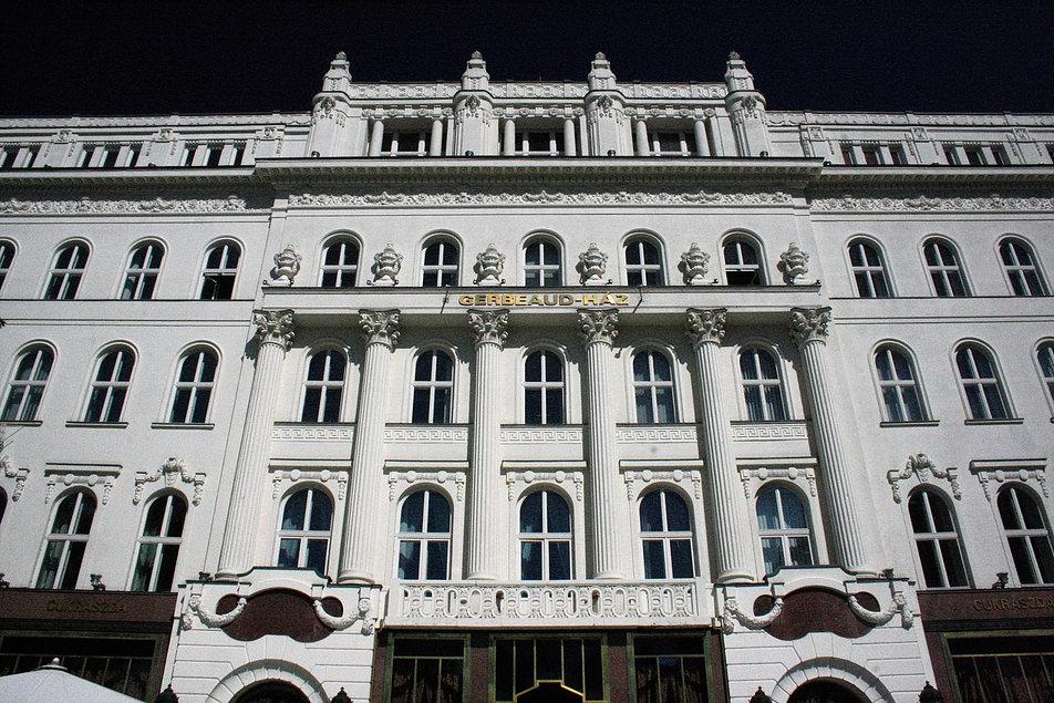 Budapeszt. Fragment fasady kamienicy Gerbeauda przy Vörösmarty tér. Fot. Jerzy S. Majewski.