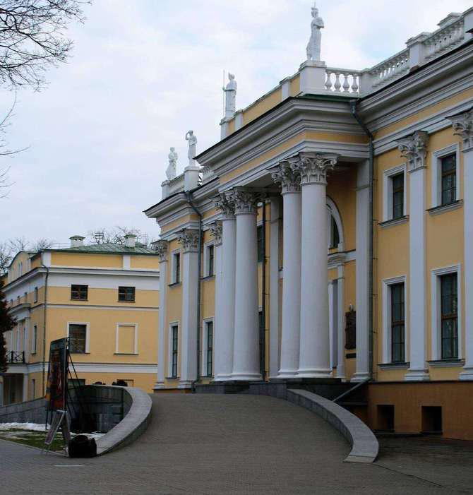 Homel. Portyk kolumnowy w fasadzie pałacu. Na attyce balustradowej widać nieporadnie odtworzone rzeźby. Fot. Jerzy S. Majewski