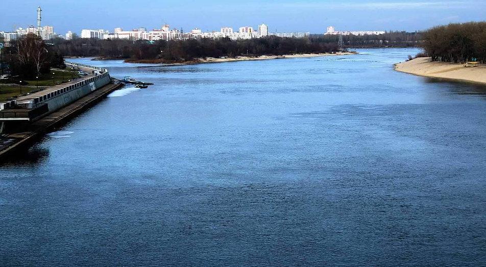Soż. Widok w górę rzeki z mostku koło parku pałacowego w Homlu. W głębi mało porywające osiedla mieszkaniowe z ostatnich dekad istnienia ZSRR. Fot. Jerzy S. Majewski
