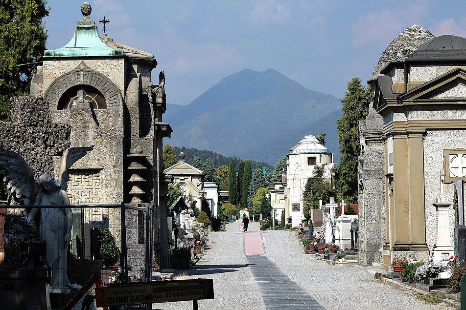 Bergamo, Cimitero Monumentale. Główna aleja cmentarza. Pierwsze groby zaczęto tu zakładać już w 1904 r. Fot. Jerzy S. Majewski