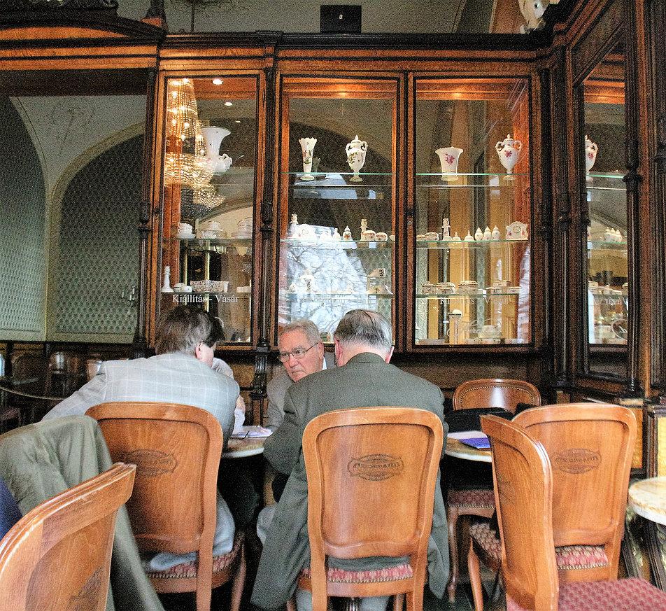 W zimowe dni pustawą kawiarnię Gerbeauda odwiedzają nie tylko turyści. Fot. Jerzy S. Majewski