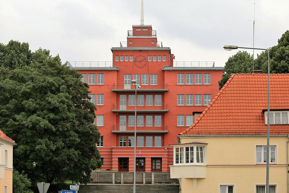 Elbląg. Elewacje dawnej Jahnschule, dzisiejszego gimnazjum oczywiście ożywiają zegary. Fot. Jerzy S. Majewski