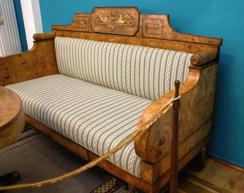 Homel. Biedermeierowska kanapa w przyziemiu wieży. Wiele mebli w pałacu pochodziło z wytwórni warszawskich. Fot. Jerzy S. Majewski
