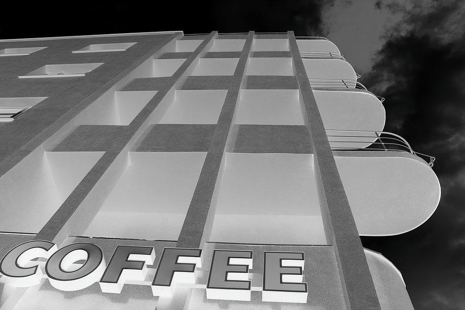 Gdynia. Kamienica Glasennappowej przy ul. Świętojańskiej 42. Narożne balkony ujęte w kratownicę. Dom, którego realizację rozpoczęto w 1936 r., miał nieotynkowane elewacje aż do wybuchu wojny. Fot. Jerzy S. Majewski