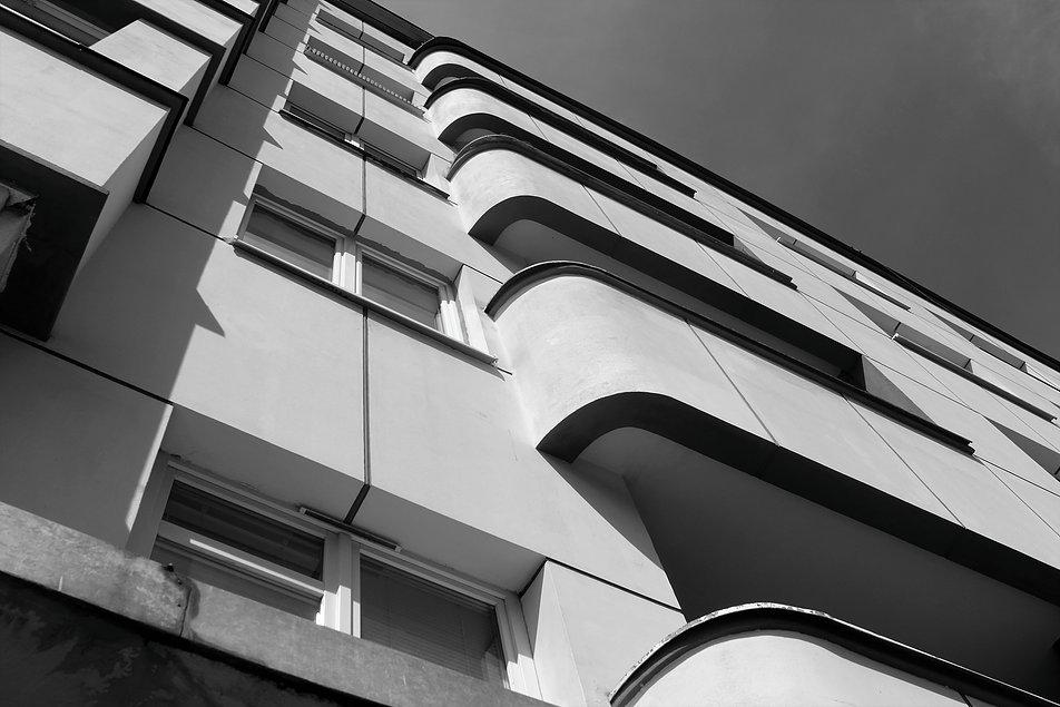 Gdynia. Fragment kamienicy Funduszu Emerytalnego BGK. Zaokrąglone loggie balkonowe w elewacji od strony ul. Batorego. Fot. Jerzy S. Majewski