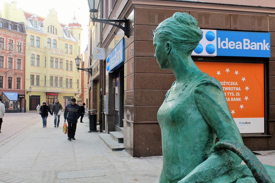 Toruńska Piernikarka spogląda w kierunku ulicy Szerokiej. Fot. Jerzy S. Majewski