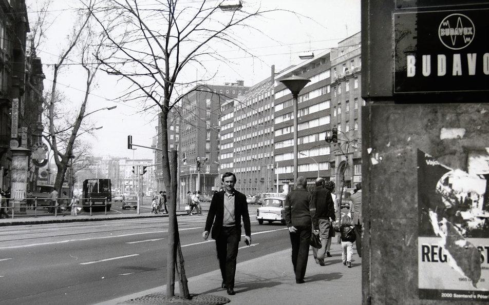 Budapeszt 1985. Tanacs Kőrut w centrum Pesztu. W głębi po lewej ikarus. Takie autobusy miejskie jeździły w tym czasie także po Warszawie. Z prawej enerdowski trabant. Fot. Jerzy S. Majewski