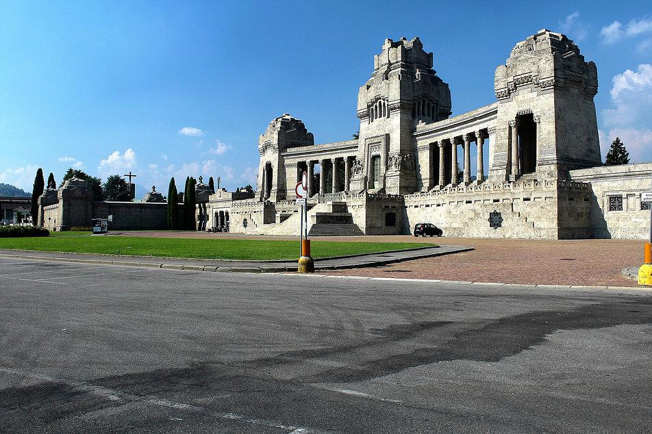 Bergamo, Cimitero Monumentale. Plac przed cmentarzem z gmachem mauzoleum. Skalę budowli można porównać z parkującym pod nią samochodem. Fot. Jerzy S. Majewski