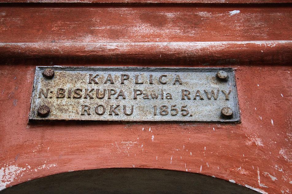 Mińsk Białoruski. Cmentarz na Kalwarii. Tablica nad wejściem do kaplicy Pawła Rawy. Fot. Jerzy S. Majewski