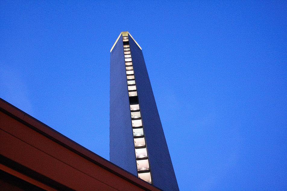 Mediolan. Dzięki załamaniu ścian szczytowych, boczna elewacja wieżowca Pirelli wydaje się być węższa niż jest w rzeczywistości. Fot. Jerzy S. Majewski