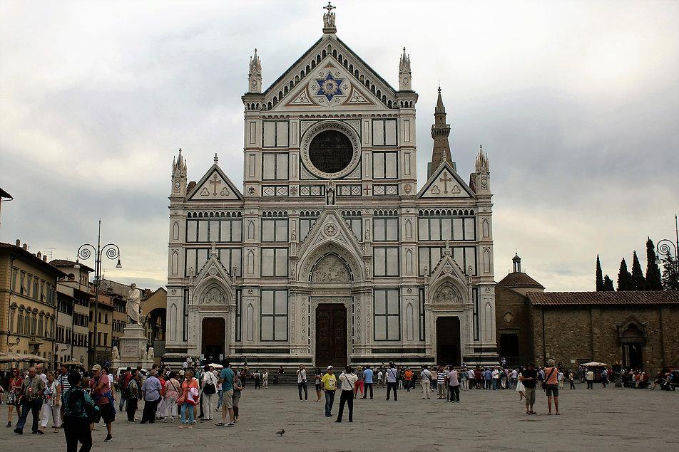 Florencja. Piazza di Santa Croce z kościołem st. Croce. W 1966 r. plac wraz z kościołem został zalany wodą. W świątyni uległ częściowemu zniszczeniu XIII-wieczny krucyfiks Cimabuego. Po opadnięciu wody na placu zaległa gruba warstwa błota. Fot. Jerzy S. Majewski