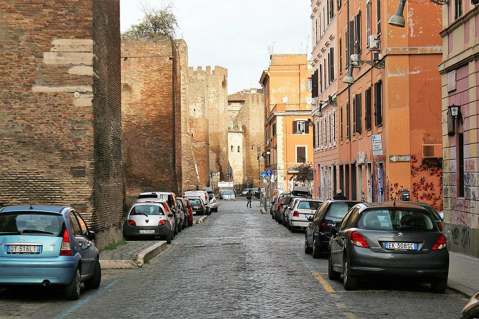 Rzym. Mury aureliańskie, budowane jeszcze w III w. przez cesarza Aureliana, zachowały się niemal na całym obwodzie. Mają kilkanaście kilometrów długości. Fot. Jerzy S. Majewski