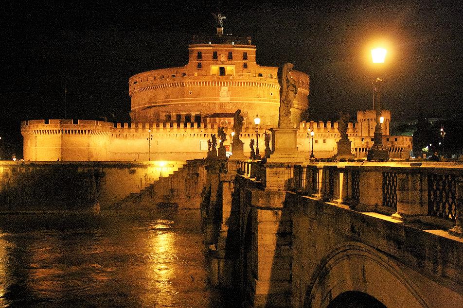 Rzym. Zamek św. Anioła oglądany od strony Via Paola. Z prawej Ponte Sant' Angelo. Fot. Jerzy S. Majewski